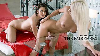 Kira Zen и Lena Love занялись лесбийским сексом на диване
