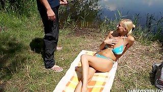 Мужик на пляже познакомился с длинноногой блондинкой и выебал ее на покрывале