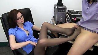 Офисная работница в очках ласкает член начальника ножками