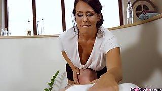 Опытная брюнетка с большими дойками сделала массаж мужику вместе с подружкой и трахнулась с ним