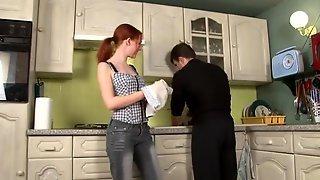 Рыжая бестия с маленькими сиськами приготовила хахалю ужин и дала ему в жопу