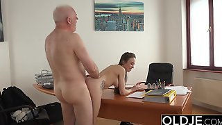 Старик трахнул на столе молодую сотрудницу без презерватива