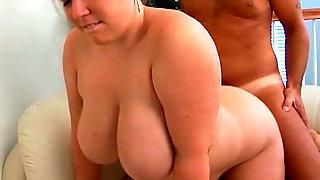 Загорелый мужик с большим членом жарит на белом диване толстую подругу