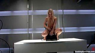 Худощавая блондинка тестирует влажной киской новую секс машину