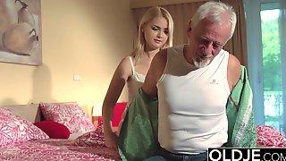 Седой старикан жарит на кровати молодую жену и заливает ее спермой