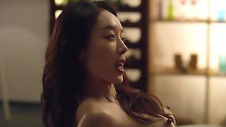 Узкоглазая кореянка занимается страстным сексом с бойфрендом на большой кровати