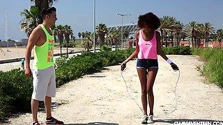Спортивный парень соблазнил негритянку и трахнул ее посреди парка