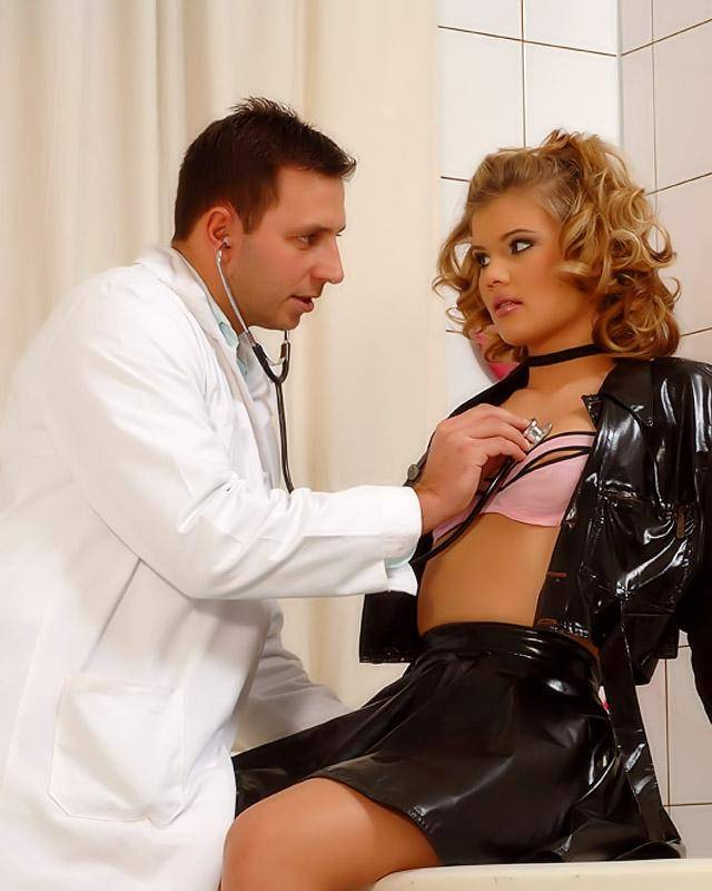 Красотка заглянула к врачу