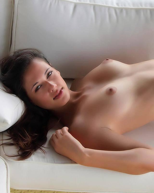 Привлекательная няшка онанирует после чтения книги секс фото