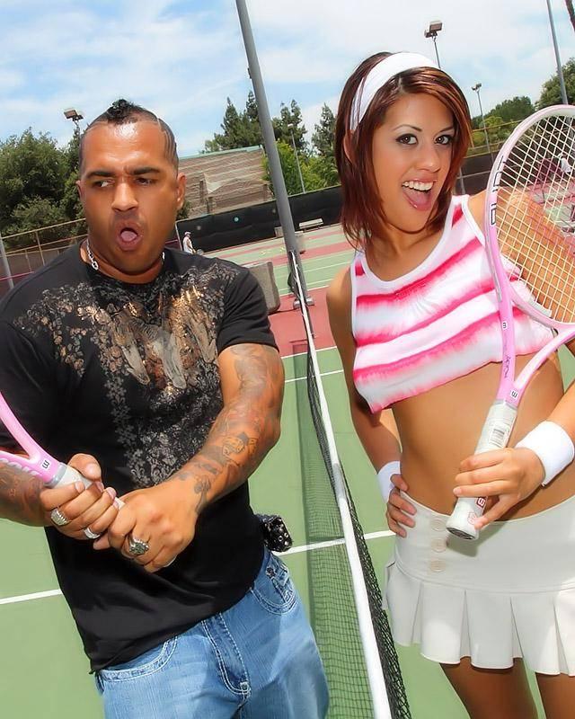 Проститутка проиграла партию в теннис и отработала своей пиздой на гигантском хере