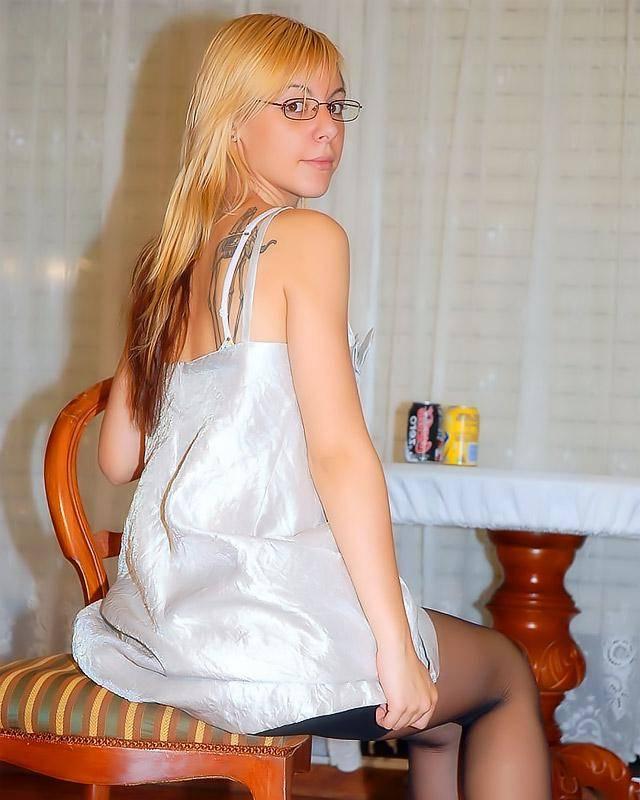 19-летняя блондинка в возбуждающих колготках