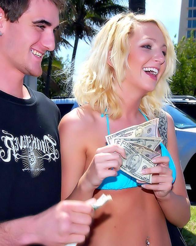 Парень натянул девушку на свой член за деньги
