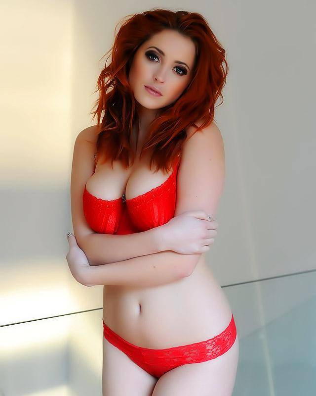 Рыжеволосая баба с громадными грудями секс фото