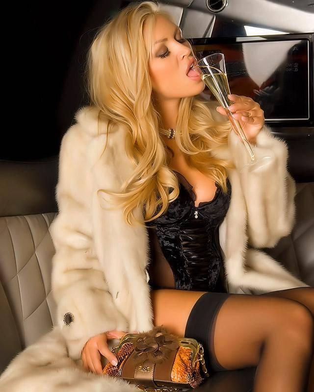Голая блондинка в шубе
