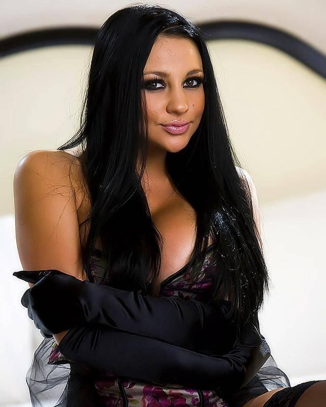 Очень похотливая порно актриса позирует перед объективом секс фото