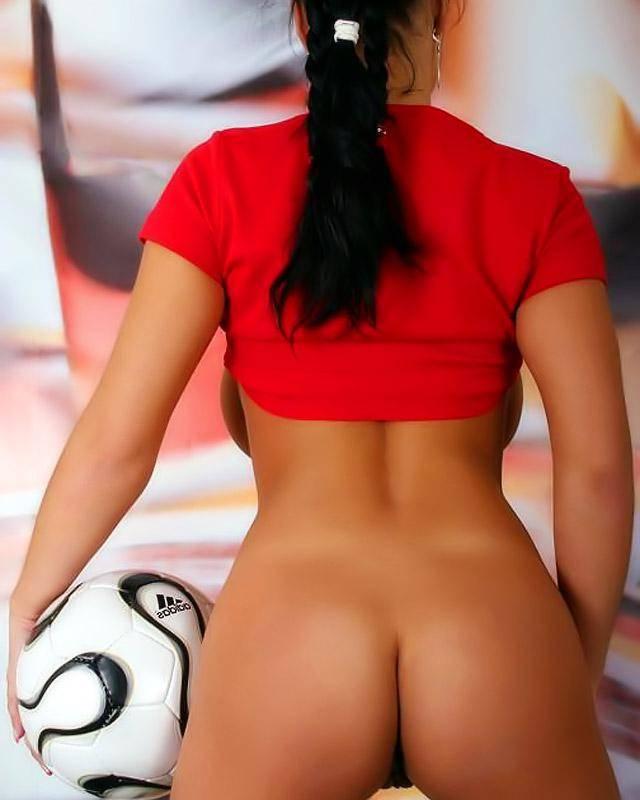 Стащила с себя футбольную форму