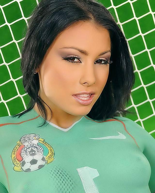 Позирует для мужского журнала с футбольным мячем