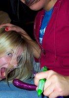 Пьяные девки показывают свои сиськи и попки 13 фотография