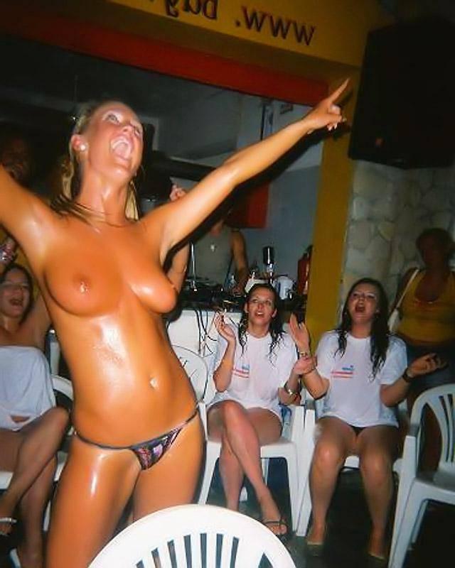 Пьяные бляди продемонстрировала свои дойки и попы
