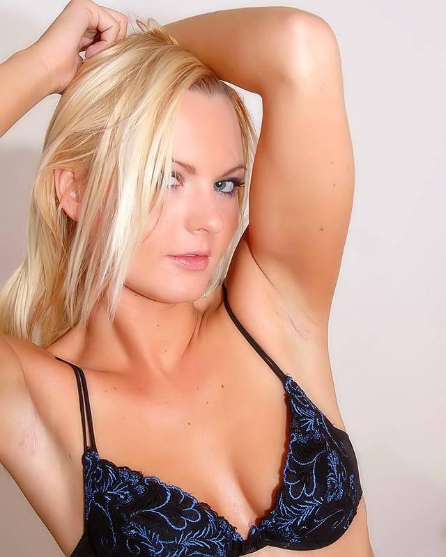 Блондинка в латексных колготках пришла сдавать сессию