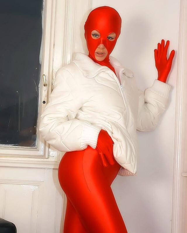 Хорошенькая блондинка шалит в латексном костюме