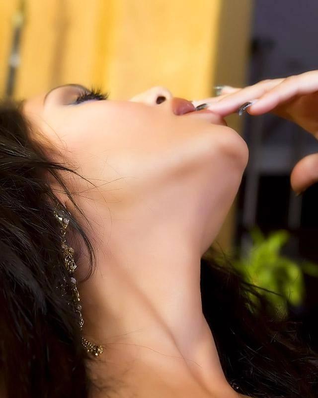 Индианка с красивой грудью ласкает клитор