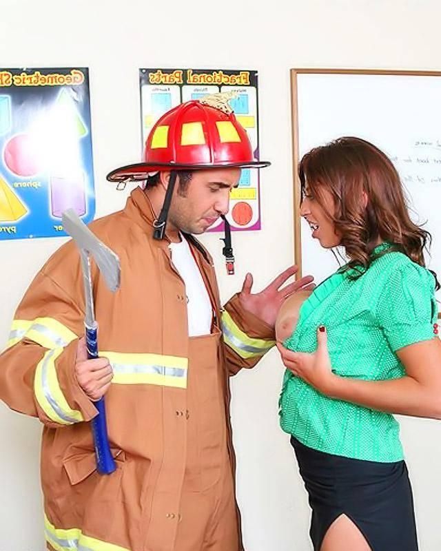 Учительница сильно захотела поебаться и вызвала к себе строителя