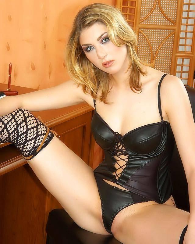 Блондинка в прекрасном кожаном нижнем белье