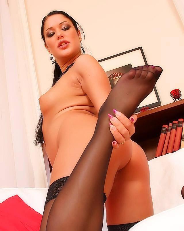 Горячая девка в сексуальном черном нижнем белье