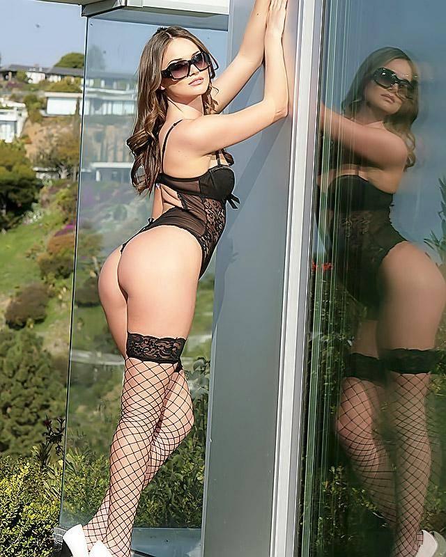 Богатая фифа во дворе своего загородного в комнате секс фото