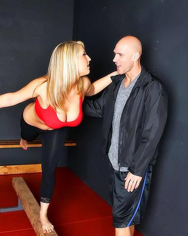 Блондиночка рвет свою пизду большим членом смотреть эротику