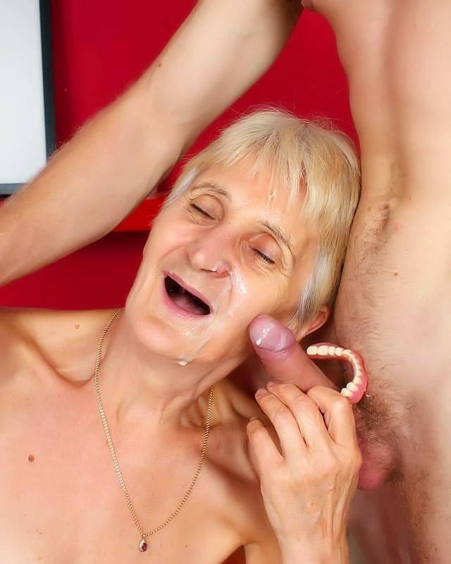 Матерая бабушка удовлетворяет своего ненасытного внучка
