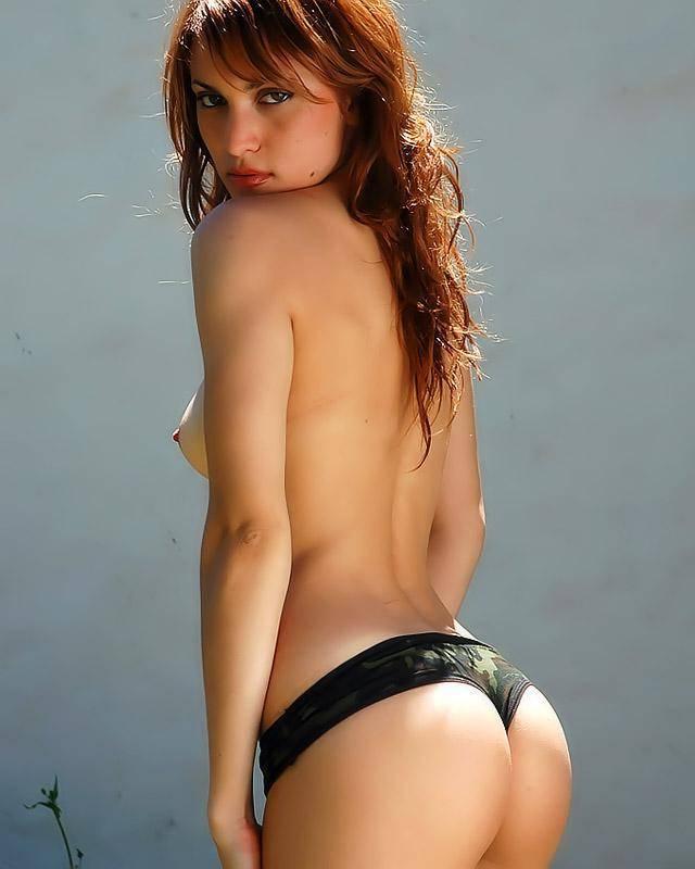 Фрау в камуфляжном секс костюме с роскошной задницей