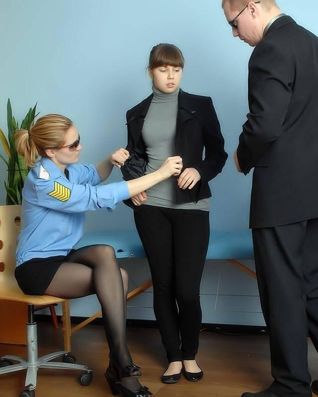 Девченка на медосмотре толкает дилдо в свою киску