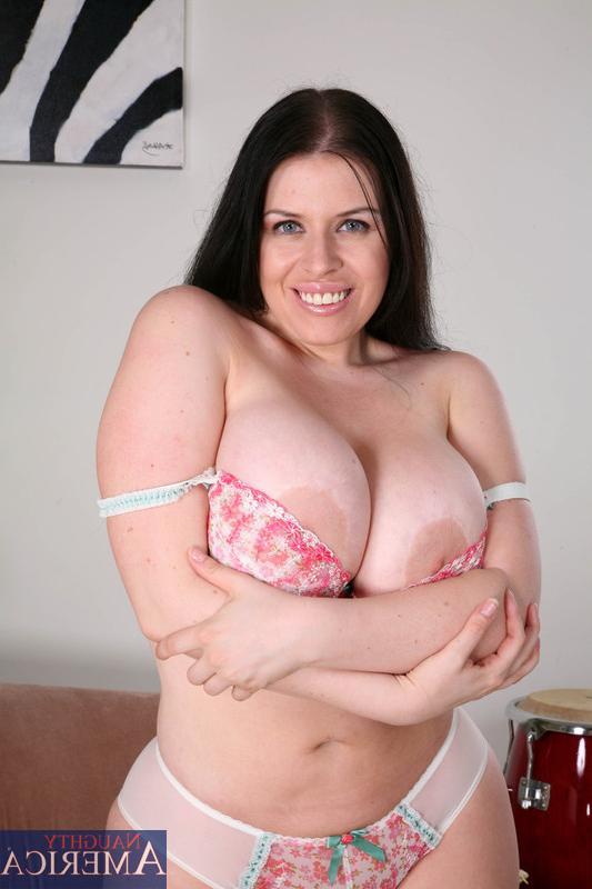 У женщины огромный дойки