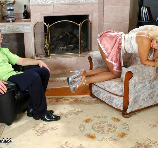 Блондинка-домработница совращает мужчину