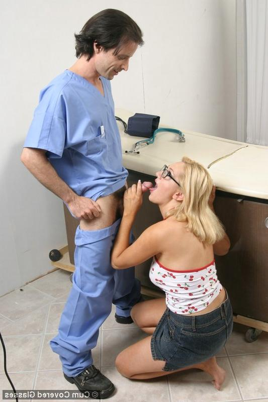 Больная целует у доктора член