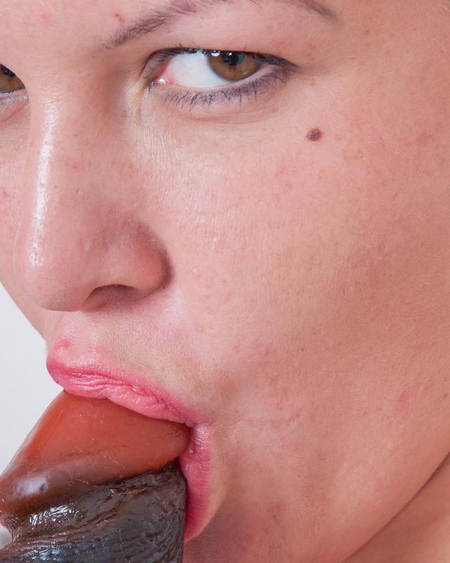 Горячая девушка Диана мастурбирует черным фаллоимитатором