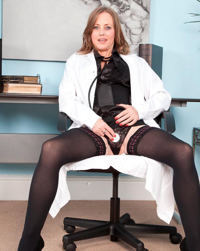 Гламурная медсестра показывает прелести