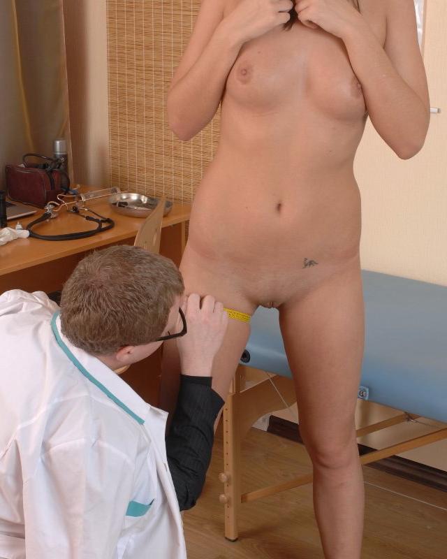Девушку осматривает врач