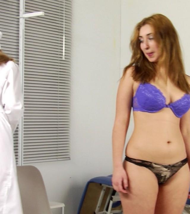 Медсестра исследует грудь тёлки