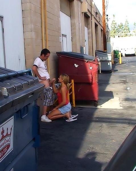 Титястая девка делает миньет парнишке на людях