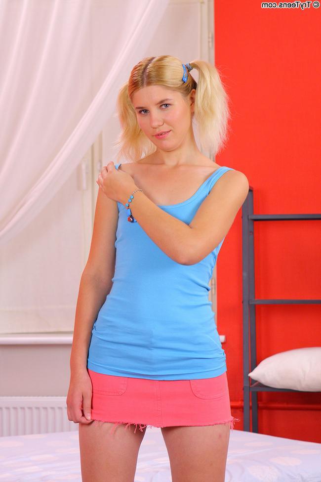Совершеннолетняя блонди отлично берет за щеку