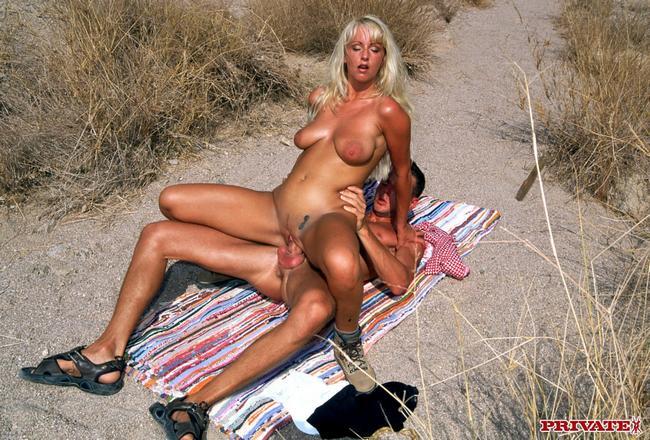 Парочка на необитаемом пляже