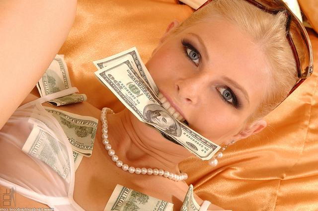 Блонди открывает дырки за доллары