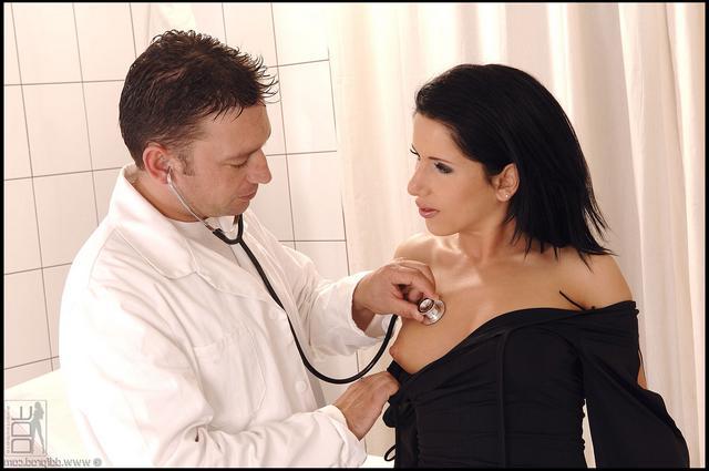 Лиля отдалась возбужденному доктору
