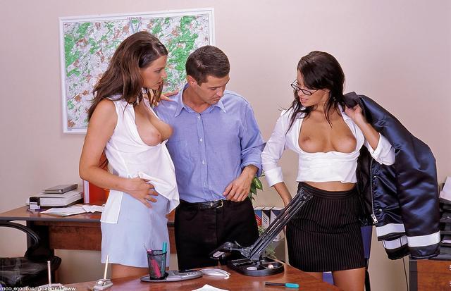 Сотрудницы офиса расслабляются благодаря траху