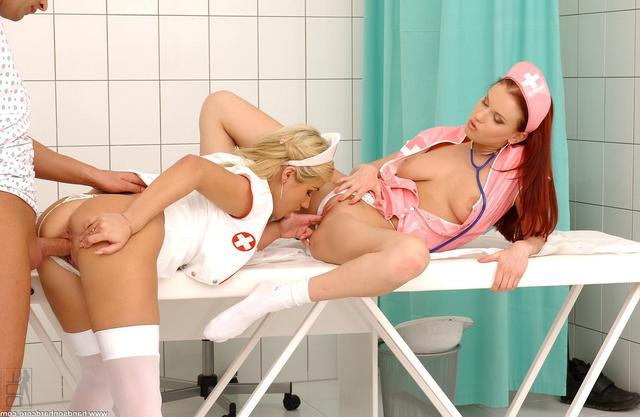 Пациент дрюкает двух медсестричек