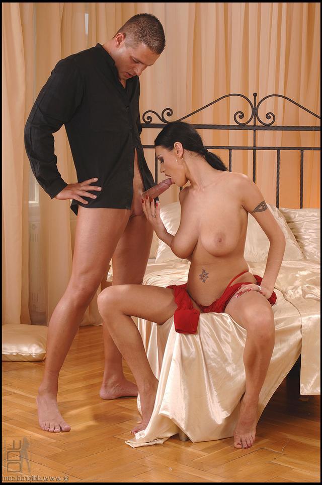 Шлюха с крупным дойками расслабляется секс фото