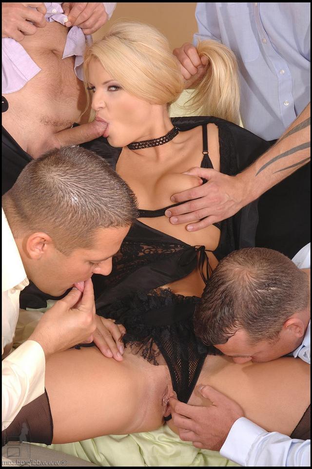 Шлюшкой наслаждаются несколько пареньков смотреть эротику